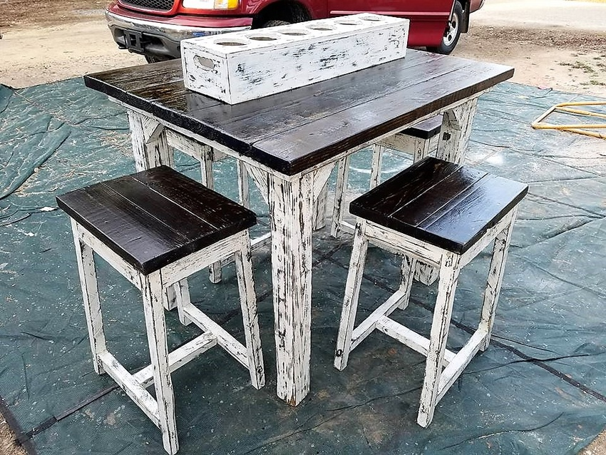 Recycled Pallets Wood Table with Stools