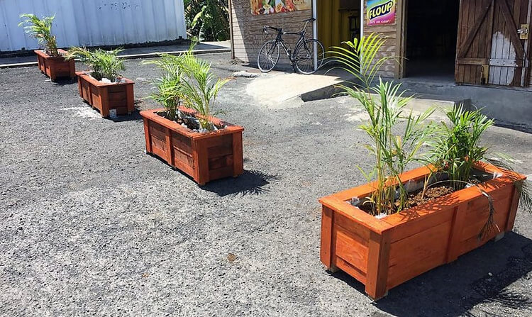 Simple Patio Decor with Wood Pallet Planters