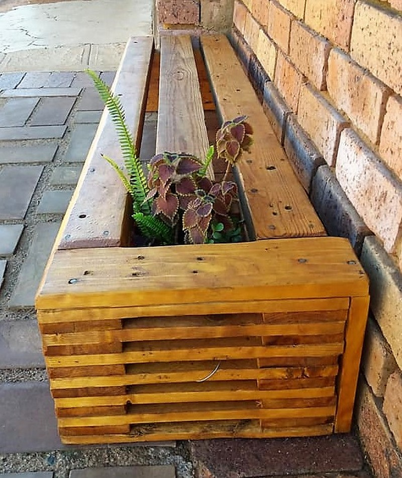pallet bench with attached planter