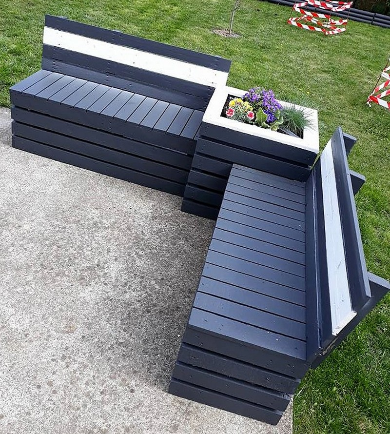 pallet garden couch with attached planter